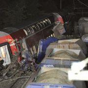 Verkeilte Wagen und Trümmer liegen am Ort des Zugunglücks.