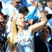 Nach dem 4:1-Sieg gegen Südkorea drehen die Argentinier richtig auf - ebenso wie ihre weiblichen Fans im Stadion von Johannesburg.