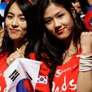 Südkoreanische Fans posieren für Fotos am Soccer City in Johannesburg, Südafrika.