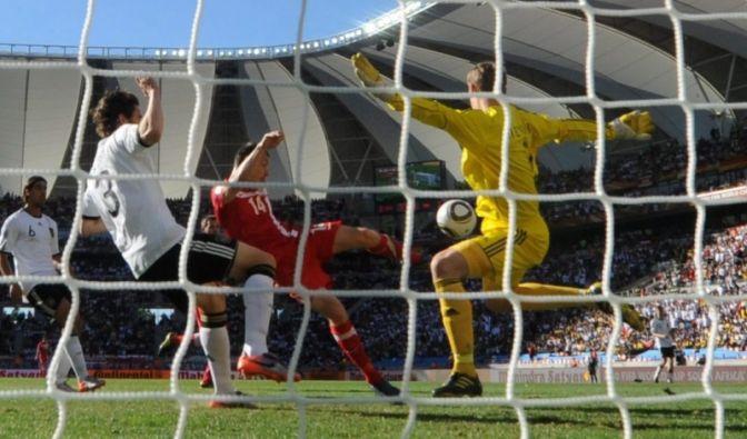 Allein für sein knallgelbes Torwarttrikot hätte Manuel Neuer eine Karte in selbiger Farbe verdient gehabt.