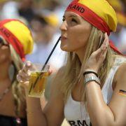 Fans der deutschen Mannschaft verfolgen das Spiel.