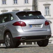 Der Kofferraum des Cayenne fasst 670 bis maximal 1780 Liter. Zum Vergleich: BMW X5: 620 bis 1750 Liter; Mercedes ML: 551 bis 2050 Liter; Audi Q7: 775 bis 2035 Liter; Range Rover: 535 bis 2099 Liter.