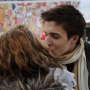 Komm, lass uns knutschen! Ein leidenschaftlicher Kuss kann schnell jede Müdigkeit vertreiben.