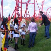 Passend zur WM tragen sie Deutschland-Trikots und haben Bälle dabei. Fürs Foto werden sie noch richtig trapiert.