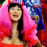 Südkorea-Fan oder Gothik-Königin? Vor dem Fußballspiel zwischen Nigeria und Südkorea jubelt dieser weibliche Fan tatsächlich im Stadion von Durban mit allen verfügbaren Mitteln.