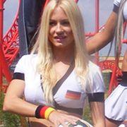 Sechs Models ziehen in deutschen Fanfarben durch den Freizeitpark Belantis in Leipzig.