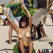 Diese brasilianische Anhängerin feiert ihre Nationalmannschaft stilecht am Strand. Deutlich wärmer als in Südafrika scheint es auch zu sein.
