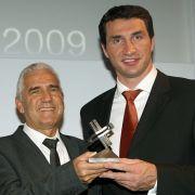 Im Jahr 2009 erhält Jörg Berger (l.) den Felix-Burda-Award für sein herausragendes Engagement in der Darmkrebsvorsorge.