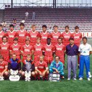 1986 zog es Jörg Berger (Mitte, ganz rechts) nach weiteren Trainerstationen in den Süden der Republik zum SC Freiburg. Zwei Jahre trainierte er den Sportclub. Einer seiner Spieler war niemand geringeres als der heutige Bundestrainer Joachim Löw (hintere R
