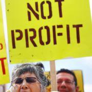Gegner werfen den Staats- und Regierungschefs vor, sich mehr um die Bedürfnisse der Finanzindustrie zu kümmern als um die der Menschen.
