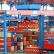 Gerade Deutschland exportiert viele Waren, wie hier im Hamburger Hafen.