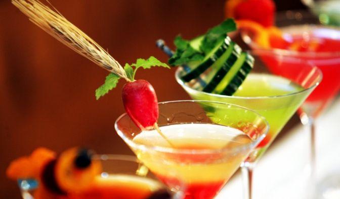 Seit Ende der 1980er haben sich Cocktails zum absoluten In-Getränk gemausert. Vor allem im Sommer sind sie heiß begehrt. Es gibt sie in unzähligen Farben und Geschmacksrichtungen.