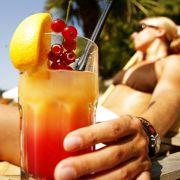 Als Erfrischung am Strand eignen sich am besten alkoholfreie Fruchtcocktails. Allein ihre Farbe macht gute Laune.