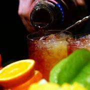 Selbst gute Cocktails zu mixen ist gar nicht so einfach. Denn erstens braucht man die richtigen Zutaten und zweitens muss man sie auch ins richtige Verhältnis zueinander setzen. Zuviel Schnaps oder Zitrone und der gute Geschmack ist dahin.