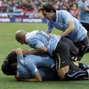 Schon nach wenigen Minuten geht Ururguay durch Luis Suarez (unten) in Führung.