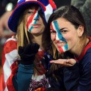 Küsschen für die Kamera: Zwei US-Girls machen sich vor dem Spiel gegen Ghana warm.