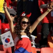 Auch diese Zuschauerin hat sich in Südkoreas Farben gehüllt - nur die Arme bleiben frei. Und was bedeuten die Teufelshörner?
