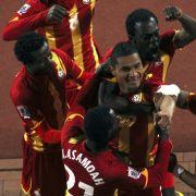 Ghanas Spieler jubeln mit dem Torschützen zum 1:0, Kevin-Prince Boateng (Mitte).
