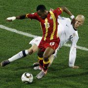 Ghana war in der ersten Hälfte das dominierende Team. Hier behauptet Ghanas Andre Ayew (vorn) den Ball vor dem US-Amerikaner Michael Bradley.