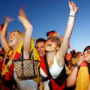 Heiße Nacht: Deutsche Fans feiern unter freiem Himmel den Sieg gegen Ghana.