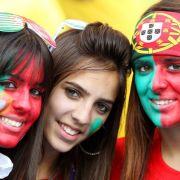 Gespannte Blicke: Portugiesinnen hoffen auf Siege des Teams um Cristiano Ronaldo.