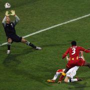 Asamoah Gyan (vorn) zieht ab und trifft zum entscheidenden 2:1 für Ghana. US-Torwart Tim Howard ist ohne Chance.