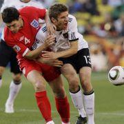 Im Spiel wurde um jeden Zentimeter Boden gekämpft. Hier prallen Gareth Barry (links) und Thomas Müller schmerzhaft aufeinander.