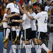 Eine deutsche Jubeltraube in der ersten Halbzeit: Miroslav Klose und Lukas Podolski treffen zur zwischenzeitlichen 2:0-Führung.
