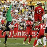 Manuel Neuer (links) erwischt den Ball nicht und Matthew Upson (rechts) trifft zum 1:2-Anschlusstreffer.
