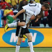 Lukas Podolski (oben) bejubelt mit Thomas Müller dessen Doppelpack.