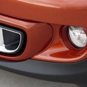 Eine schwarze Querspange oder in Chrom gefasste Lufteinlässe betonen - je nach Modell - die Breite des Fahrzeugs.