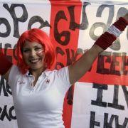 Arm dran, aber sexy: ein englischer Fan zeigt Flagge und lächelt noch.