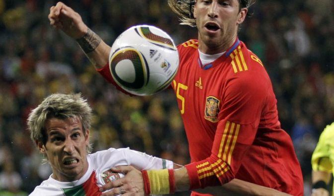 Achtelfinalduell zwischen Nachbarn: Spaniens Sergio Ramos (r.) und Portugals Fabio Coentrao kämpfen um den Ball. In Halbzeit eins hatten die Spanier mehr Ballbesitz, doch Portugal konnte mit einer starken Defensive glänzen.