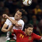 Die Lufthoheit hatte Portugal: Der Spanier Xabi Alonso (r.) unterliegt beim Kopfball Hugo Almeida.