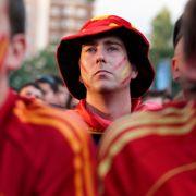 Spanische Fans vor dem Santiago Bernabeu Stadion in Madrid schauen das Achtelfinale ihrer Mannschaft gegen Portugal. Grund zur Freude gab es jedoch in der ersten Halbzeit nicht - sie endete 0:0.