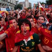 Da stieg die Stimmung am Santiago Bernabeu Stadion: Die Fans bejubeln Villas Tor. Und die Spanier können weiter feiern - das Spiel endet 1:0, im Viertelfinale wartet nun Paraguay.