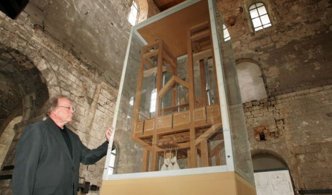 Besucher lauschen dem Klang der Orgel im Burchardikloster in Halberstadt (Sachsen-Anhalt).