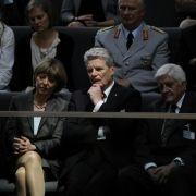 Nicht nur Zaungäste: Der Kandidat von SPD und Grünen, Joachim Gauck, und seine Lebensgefährtin Daniela Schadt verfolgen die Bundesversammlung.