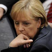 Ein Gesicht, das Bände spricht: Kanzlerin Merkel wartet im zweiten Wahlgang auf ihren Aufruf zur Stimmabgabe.