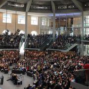 Der Plenarsaal im Bundestagsgebäude ist bis auf den letzten Platz gefüllt.