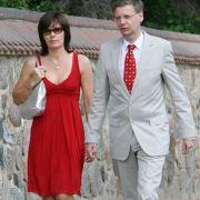 Sie achten sehr auf ihre Privatsphäre. Der Offenburger Burda Senator Verlag musste Günther Jauchs Ehefrau Thea mit 15 000 Euro für den Abdruck eines Hochzeitsfotos entschädigen. Das Paar hatte ausdrücklich in privatem Rahmen heiraten wollen und sich