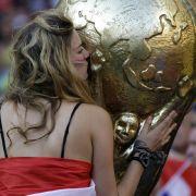 Küsschen für den Pokal: Eine Holländerin schmiegt sich während des Viertelfinals gegen Brasilien an eine übergroße Replik der WM-Trophäe.