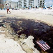 Öllachen verteilen sich am Strand von Gulf Shores im US-Bundesstaat Alabama. Die andauernden Versuche, die Ölpest unter Kontrolle zu bekommen, werden seit Anfang Juli durch den Beginn der Hurrikan-Saison weiter erschwert.