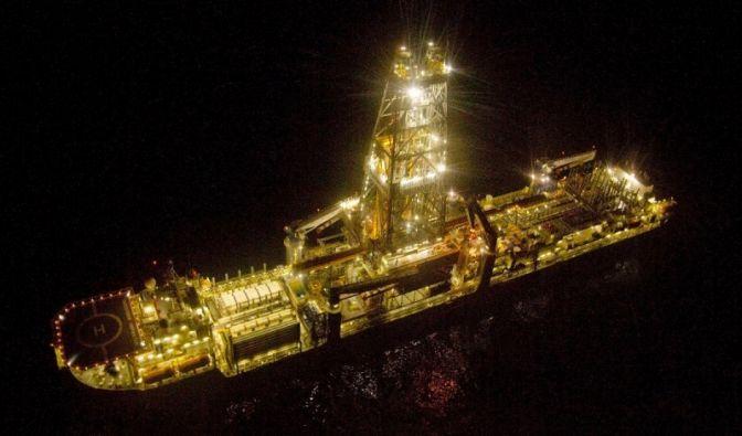 Mit dem neuen Zylinder konnte der Ölfluss ins Meer vorläufig aufgehalten werden. Der Deckel mit drei Öffnungen verschließt das Bohrloch provisorisch, bis es durch Entlastungsbohrungen völlig abgedichtet werden kann.