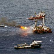 Ölauffangschiffe umgeben die Stelle im Golf von Mexiko, an der seit Untergang der Deepwater Horizon Öl ausströmt. Noch immer verzögern technische Schwierigkeiten die letzten Tests für eine neue Absaugvorrichtung an dem Leck.