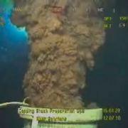 Dieses Foto vom 12. Juli zeigt, wie weiterhin Ölmassen aus dem Leck in das Wasser schießen. Nach Angaben von Experten bis zu 9,5 Millionen Liter am Tag. Tiefseeroboter sammeln an der Ölquelle Messdaten, durch deren Zuhilfenahme die neue Stahlkappe besser