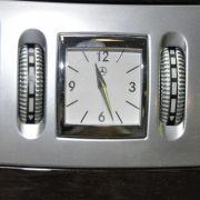 Willkommen in der Oberklasse: Wo andere Hersteller eine digitale Uhr zur Verfügung stellen, liest der S-Klasse-Pilot die Zeit von einem Gegenstand ab, den man Chronograph nennen kann.