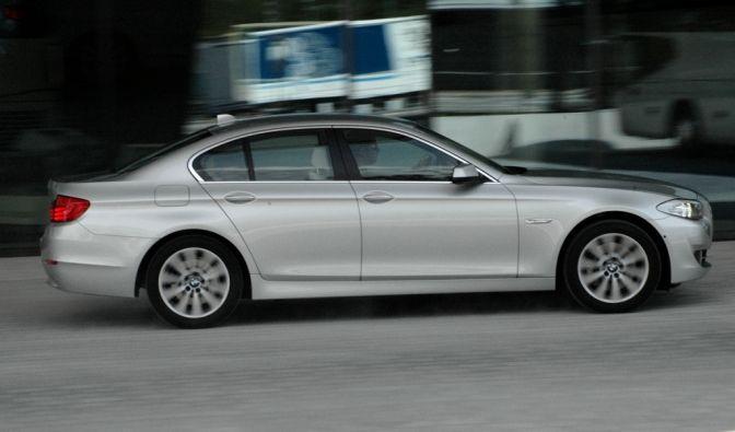 Das ist der BMW 530d: 4,9 Meter lang, 1,7 Tonnen schwer und dank 245 PS in 6,3 Sekunden auf 100 km/h.
