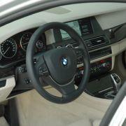 Die Serienausstattung des BMW enthält unter anderem eine automatische Parkbremse, Klimaautomatik, Lederlenkrad, ...