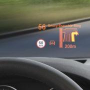 Dank Datenprojektion auf die Windschutzscheibe (Head-up-Display) kann man die Augen praktisch die ganze Zeit auf die Straße heften.